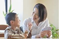 一緒にトランプで遊ぶ笑顔の母親と男の子