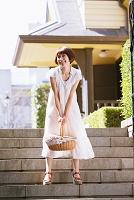 バスケットを持つ日本人女性