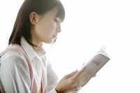 参考書を読む女子高校生