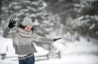 雪降る中ダンスを踊る女性