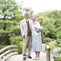 日本庭園にいるシニア夫妻