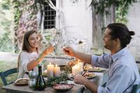 庭で食事をするカップル