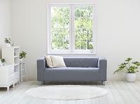窓辺に置かれたソファ