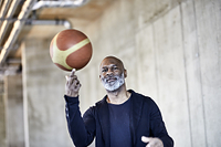 バスケットボールを持つ男性