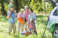 野外で遊ぶ家族