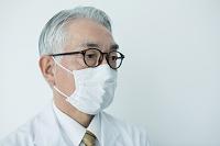 白衣を着てマスクをした70代男性
