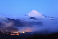 神奈川県 朝日に染まる富士山と雲間の芦ノ湖