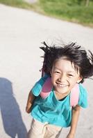 笑顔で走る小学生の女の子