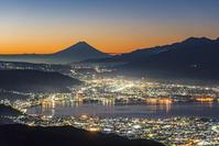 長野県 高ボッチ 諏訪湖と街明りと富士山