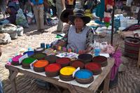 ペルー ピサック 市場で染料を売る女性
