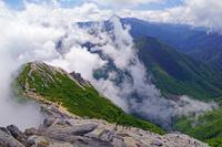 長野県 摩利支天左と北岳中央奥の山遠望