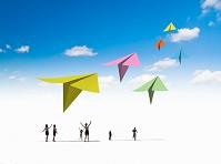 離陸するカラフルな紙飛行機
