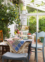 食器の並んだテーブル