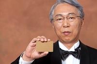 カードを持つ中高年日本人男性