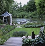 イギリス 川辺の庭と黒猫
