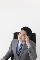オフィスで頭を抱える日本人ビジネスマン