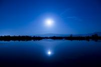 新潟県 福島潟と月明かり