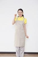 ガッツポーズをする日本人女性介護士