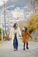 遊園地で手を結ぶ日本人親子