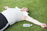 公園で運動する中年男性