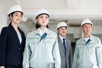 建設現場を下見する作業員