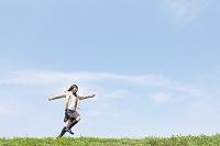 土手を走る女子高校生