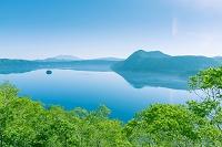 北海道 緑の木々と摩周湖 カムイシュ島と摩周岳