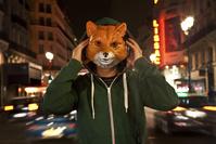 音楽を聴く狐の男