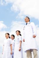 遠くを見ている医師と看護師