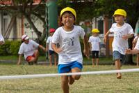 運動会で走る5才児
