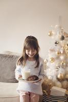 クリスマスにクッキーを運ぶ子供