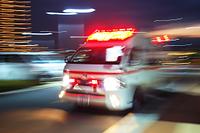 夜間出動する救急車