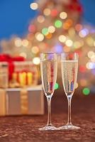 クリスマスイルミネーションとプレゼントとシャンパングラス