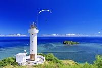 沖縄県 平久保崎灯台と大地離島とパラモーターと青い海 石垣島