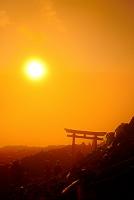 山梨県 富士山頂上からのご来光と鳥居
