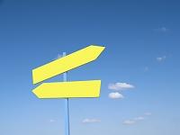 青空と黄色い道標