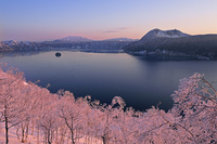 北海道 朝焼けの霧氷の摩周湖と摩周岳