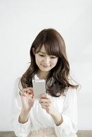 スマートフォンを操作する女子大生