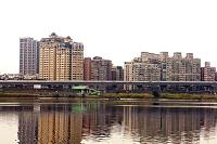淡水沿いの住宅群