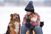 女の子とペットの犬と猫