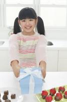 手作りのバレンタインのチョコレートを渡す日本人の女の子