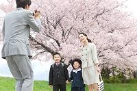 ビデオカメラで撮影する家族