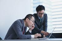 シニアインターンを指導する日本人ビジネスマン