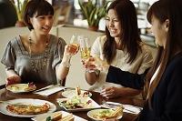 レストランで食事を楽しむ女性達