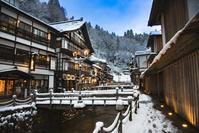 山形県 雪の銀山温泉夕景