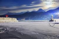 北海道 流氷のウトロ港より知床連山と月 知床