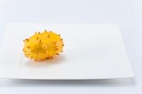 白い皿とキワノ(ツノニガウリ)