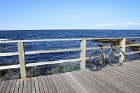 神奈川県 海岸のウッドデッキと自転車