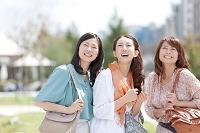 見上げている中高年日本人女性