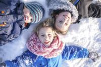 雪に寝そべる子供達